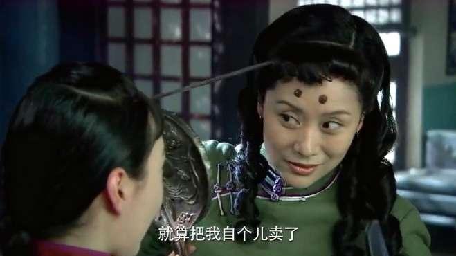 农村姑娘拿火钳烫头发,烫得满头泡,亲爹抱怨:满屋燎猪毛味!