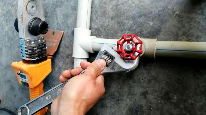 ppr管热熔方法视频_水管内有水怎样安装截止阀,水暖小技巧送给大家,简单又实用 ...